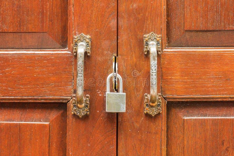 Sécurité en bois de porte de serrure de teck fermé photos libres de droits