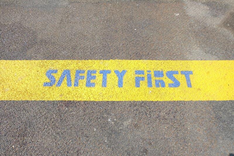 Sécurité première sur la ligne jaune image libre de droits