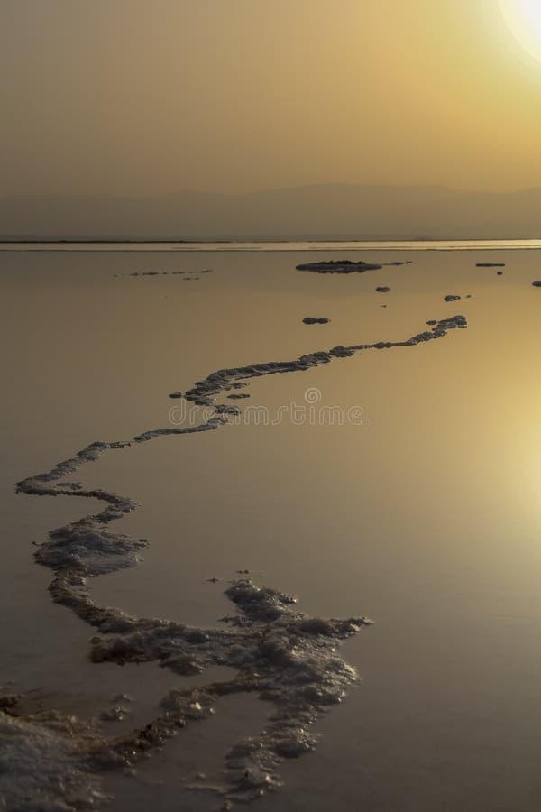 Sédiments de mer morte et de sel au lever de soleil photographie stock libre de droits
