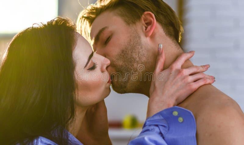 Séduction et préliminaires Célébrez le jour de valentines Baiser sensuel de belle fin de couples  Concept passionné de baiser images libres de droits