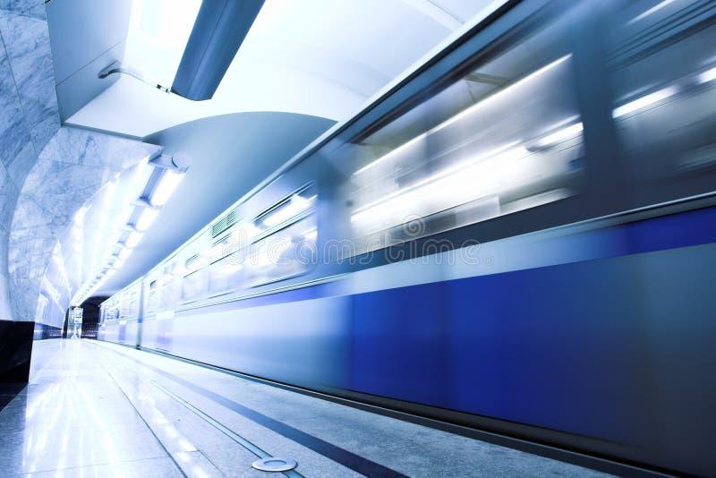 Séjour bleu de train rapide à la plate-forme photo stock