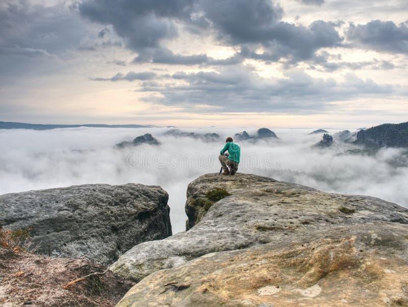 Séjour d'enthousiaste de randonneur et de photo sur la falaise Crête avec deux hommes photo libre de droits