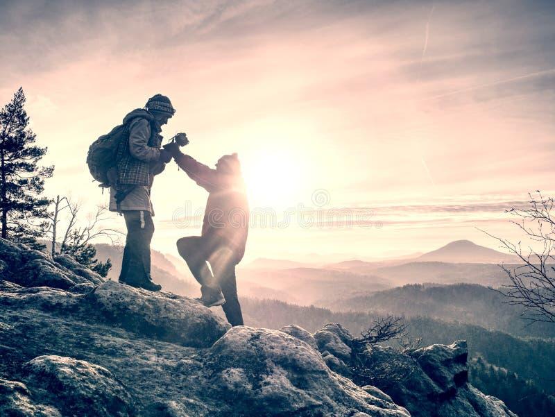 Séjour de couples de touristes sur l'image de mémoire de sommet et de prises photo stock