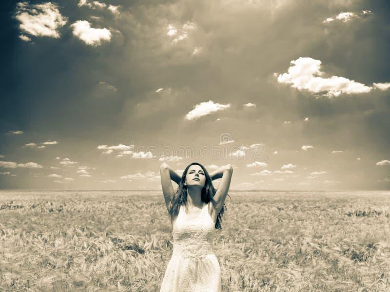 Séjour de fille au champ de blé dans le printemps photo libre de droits