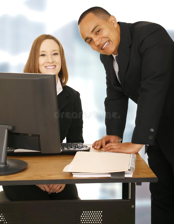 Séjour heureux d'équipe d'affaires dans le bureau image stock