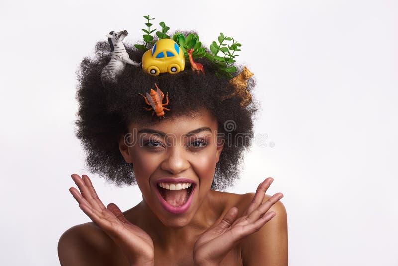 Séjour modèle ethnique expressif sur le fond blanc images stock