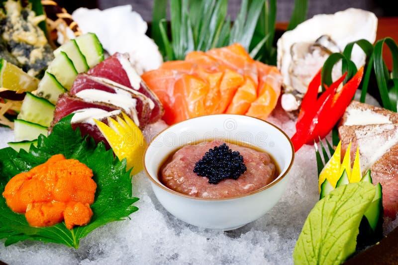 sélection bien choisie d'assortiment de mélange de 17585929 sushi frais images libres de droits