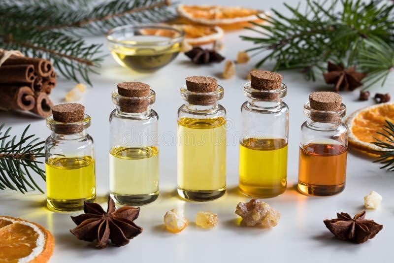 Sélection d'huiles essentielles avec les épices et l'ingrédient de Noël photos stock