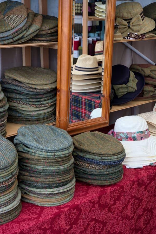 Sélection de chapeau dans une boutique photographie stock