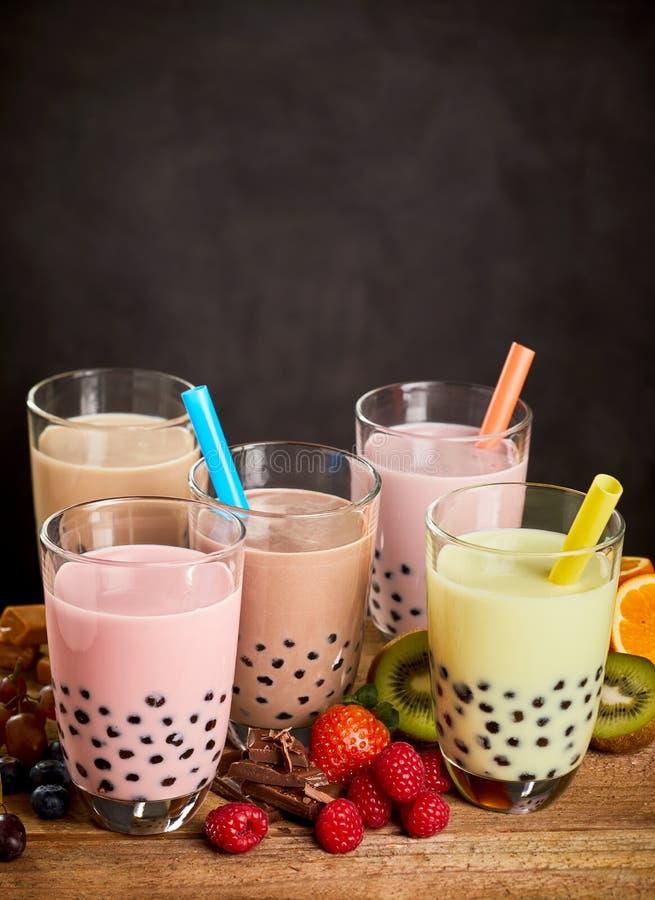 Sélection de différentes saveurs de thé de bulle photo stock