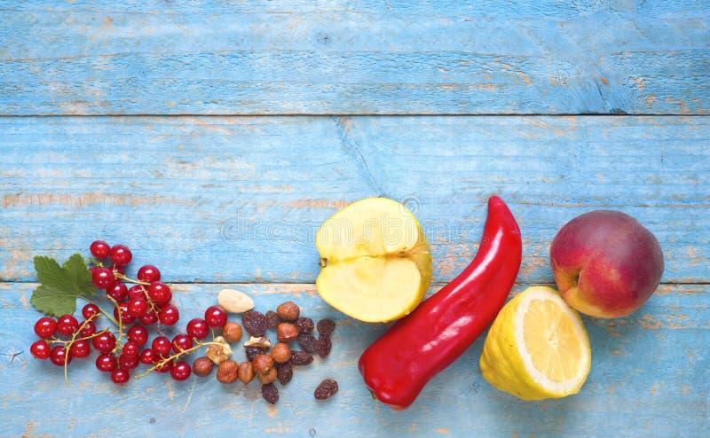 Sélection de diverse nourriture pour suivre un régime et le concept sain de forme physique de nutrition également, configuration  photographie stock