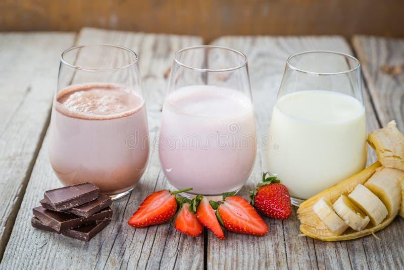 Sélection de lait aromatisé - fraise, chocolat, banane photo stock