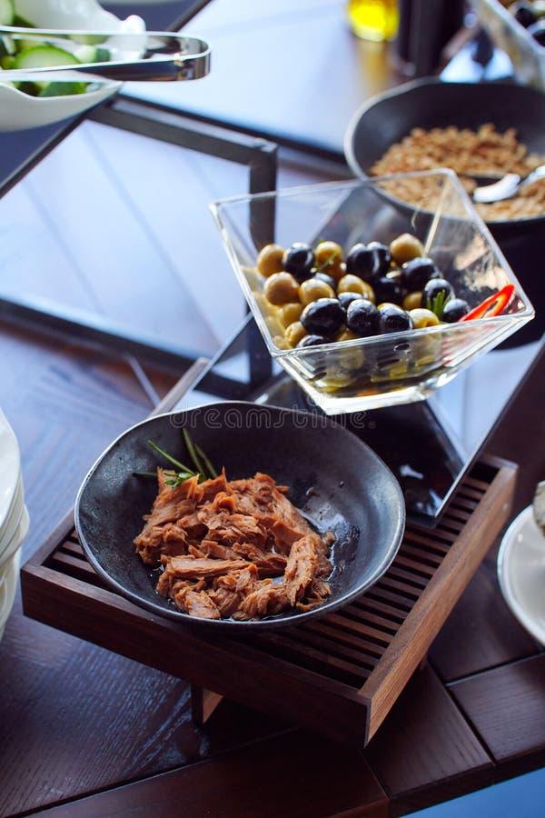 Sélection de petit déjeuner de nourriture servie du plat photographie stock
