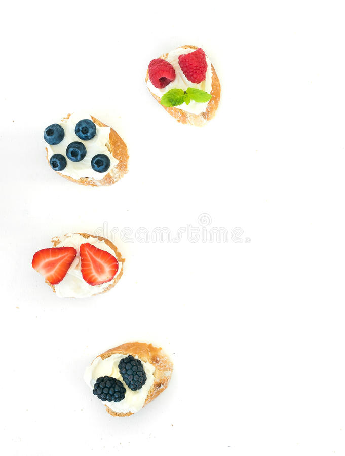 Sélection de petits sandwichs doux avec du crème-fromage et frais image stock