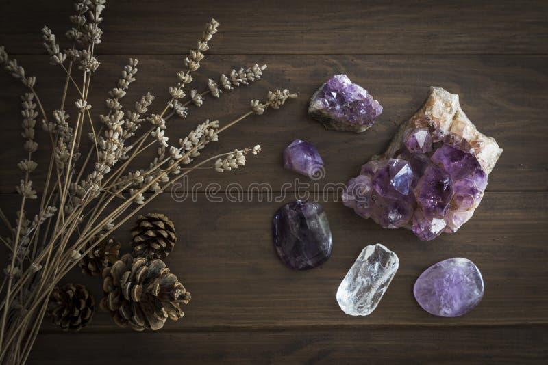 Sélection de quartz d'améthyste et de fluorine pourpre avec les cônes secs de lavande et de pin photo libre de droits