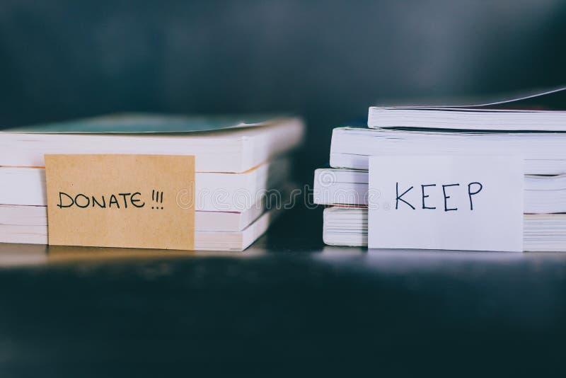 Sélection de quels livres pour garder et de quel à jeter ou donner, concept decluttering image libre de droits