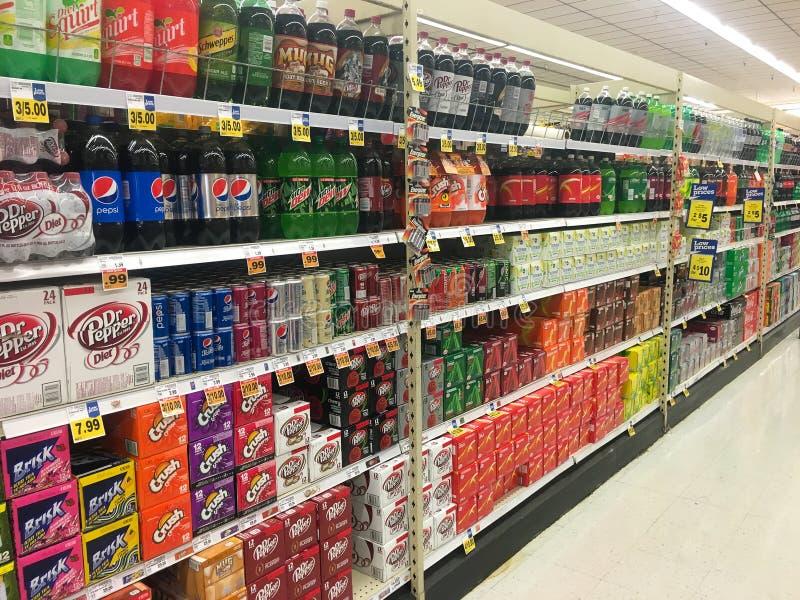 Sélection de soda à l'épicerie image stock