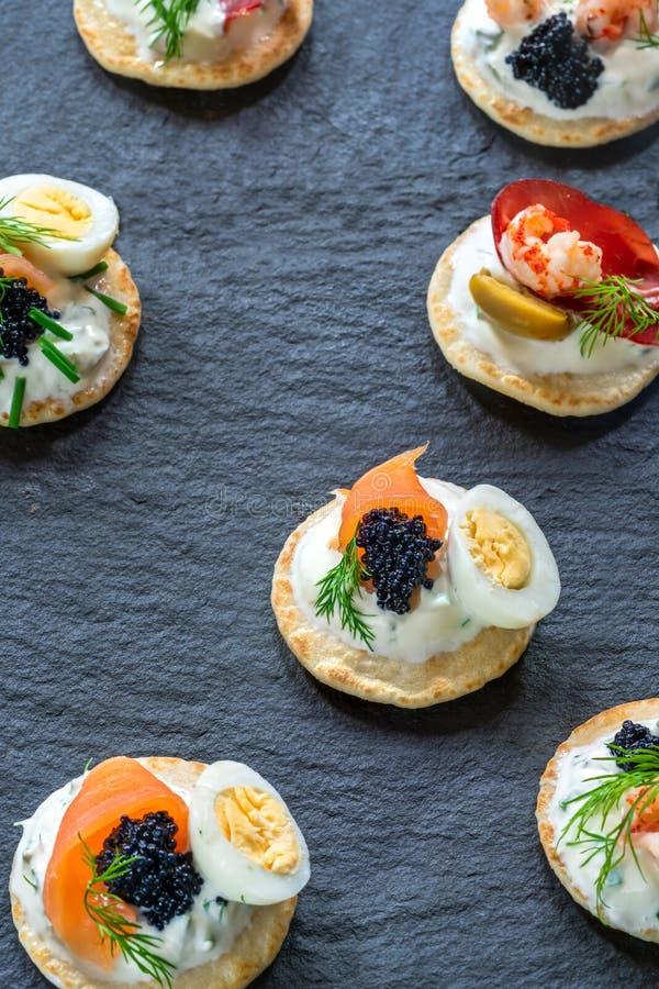 Sélection des blinis de cocktail - nourriture gastronome de partie images stock