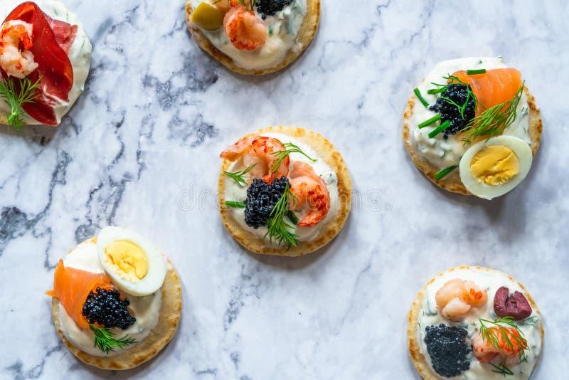 Sélection des blinis de cocktail - nourriture gastronome de partie photographie stock libre de droits