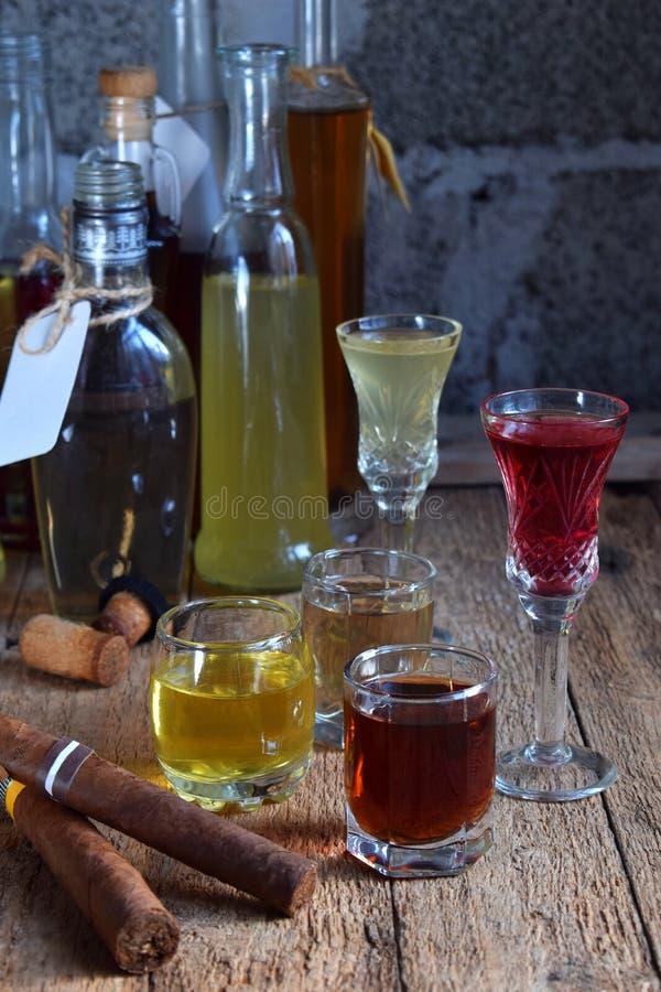 Sélection des boissons alcoolisées et des cigares Ensemble de vin, eau-de-vie fine, liqueur, teinture, cognac, whiskey en verres, images stock