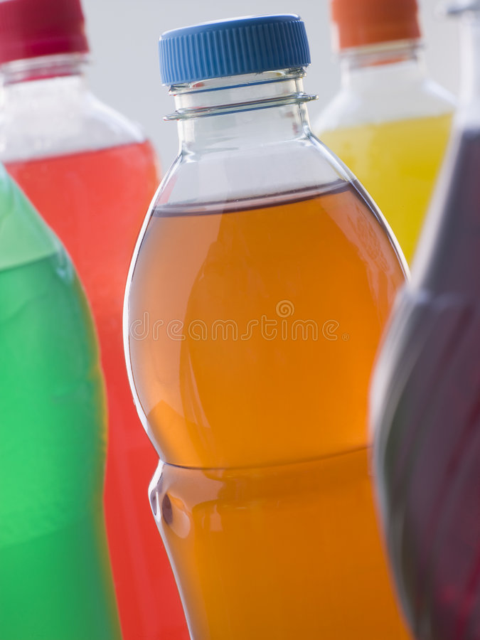 Sélection des bouteilles pétillantes de boissons photos stock