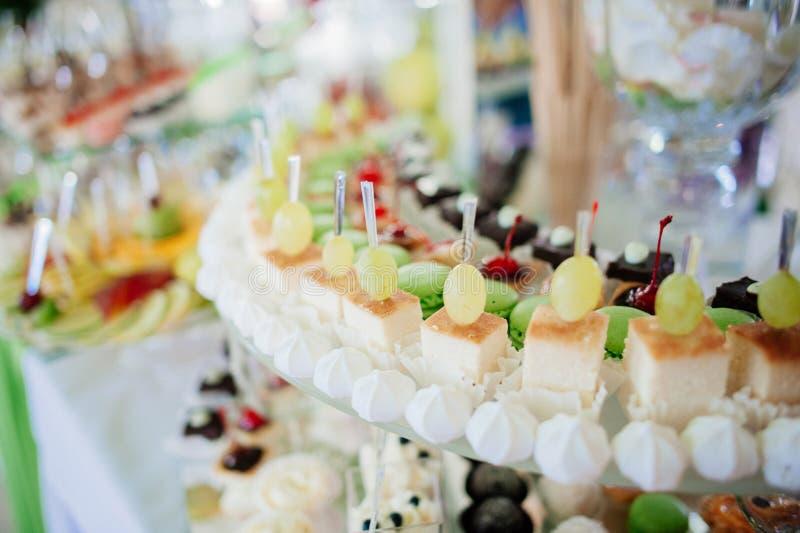 Sélection des desserts décoratifs photos stock