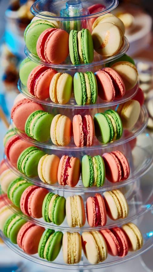 Sélection des desserts décoratifs sur la table de buffet à l'événement approvisionné photographie stock libre de droits