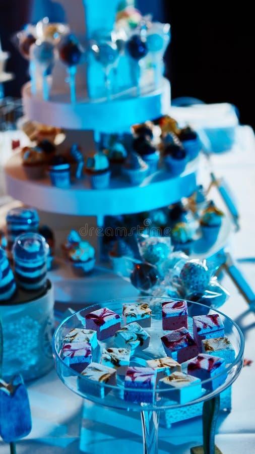Sélection des desserts décoratifs sur la table de buffet à l'événement approvisionné photos stock