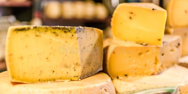 Sélection des fromages italiens traditionnels sur un affichage, foyer sélectif photos libres de droits