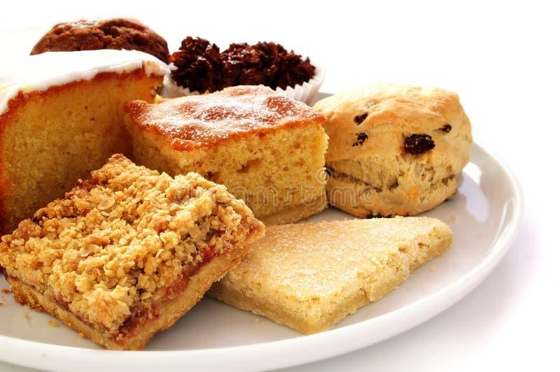 Sélection des gâteaux cuits au four sur le plateau blanc photos libres de droits