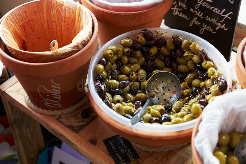 Sélection des olives arrières et vertes dans le panier en bois photographie stock