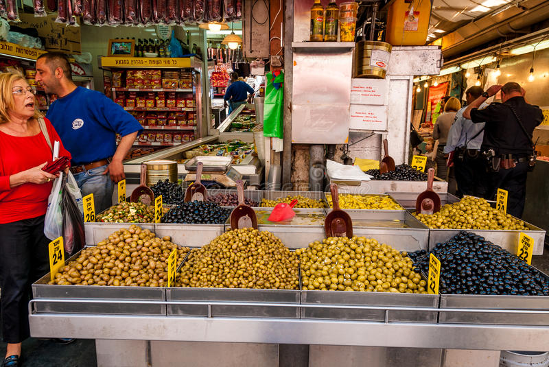 Sélection des olives, Machane Yehuda Market, Israël photographie stock