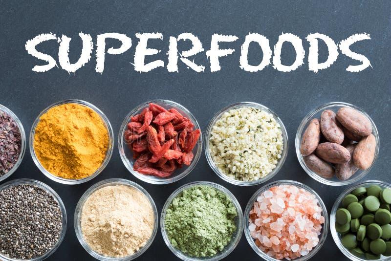 Sélection des superfoods sur un fond noir photographie stock
