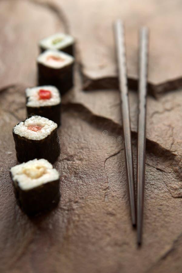 Sélection et baguettes de sushi images libres de droits
