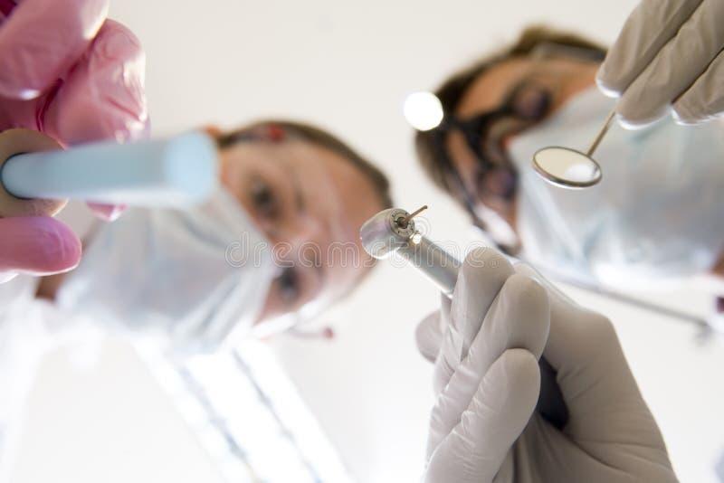 Sélection et miroir de fixation de dentiste et d'aide photos libres de droits