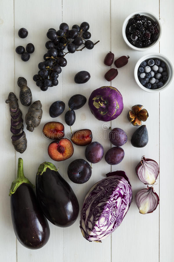 Sélection pourpre de fruit et de veg photos stock