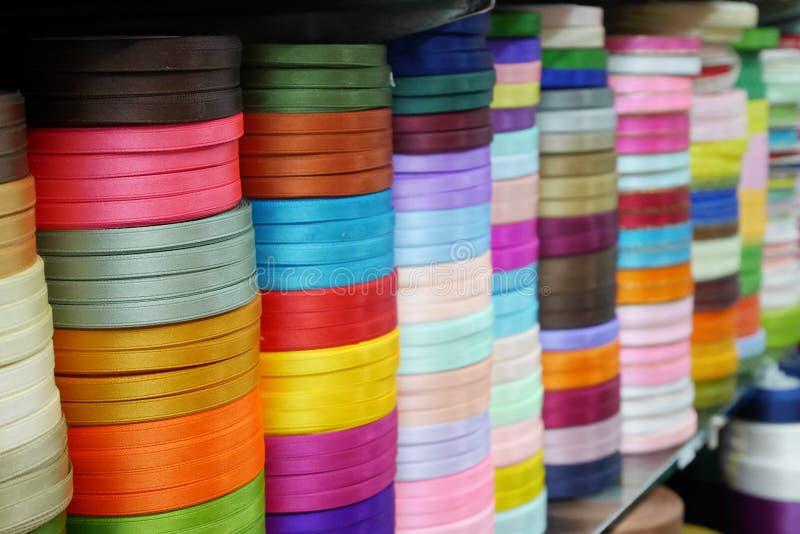 Sélections colorées de ruban en vente au marché de Sampeng à Bangkok photographie stock libre de droits