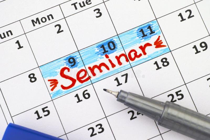 Séminaire de rappel dans le calendrier avec le stylo bleu photographie stock libre de droits
