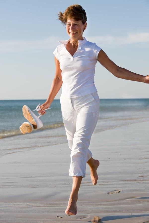 Sénior ativo na praia foto de stock royalty free