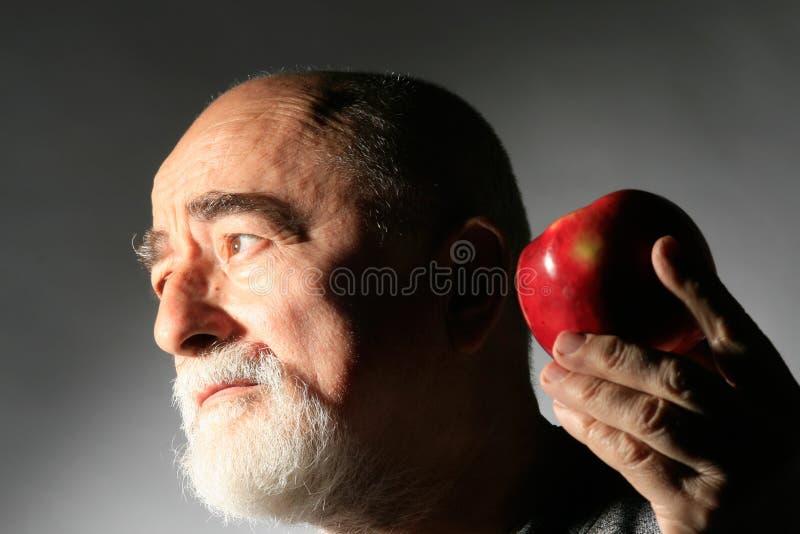 Sénior com maçã foto de stock