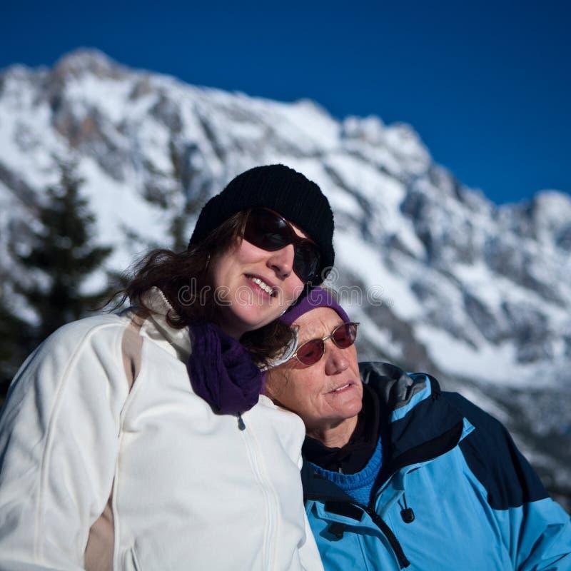Sénior e filha na natureza fotos de stock