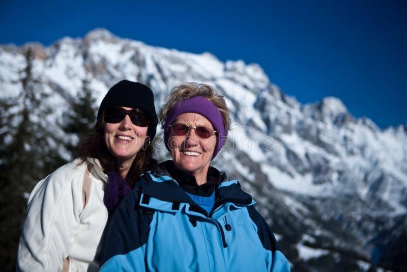 Sénior e filha nos alpes imagens de stock royalty free