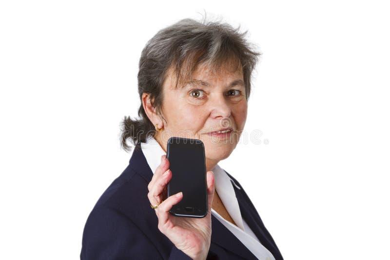Sénior fêmea bem sucedido com telemóvel foto de stock