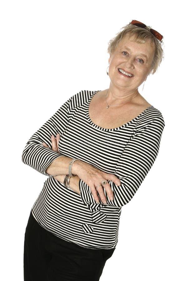 Sénior fêmea caucasiano na parte superior preta stripy imagens de stock royalty free