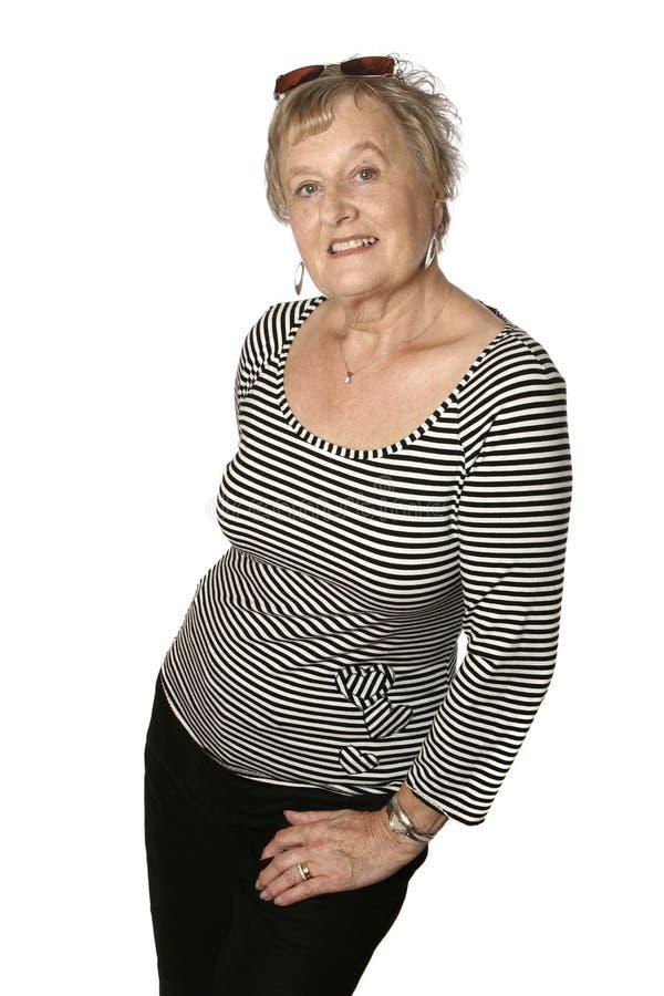 Sénior fêmea caucasiano na parte superior preta stripy fotos de stock