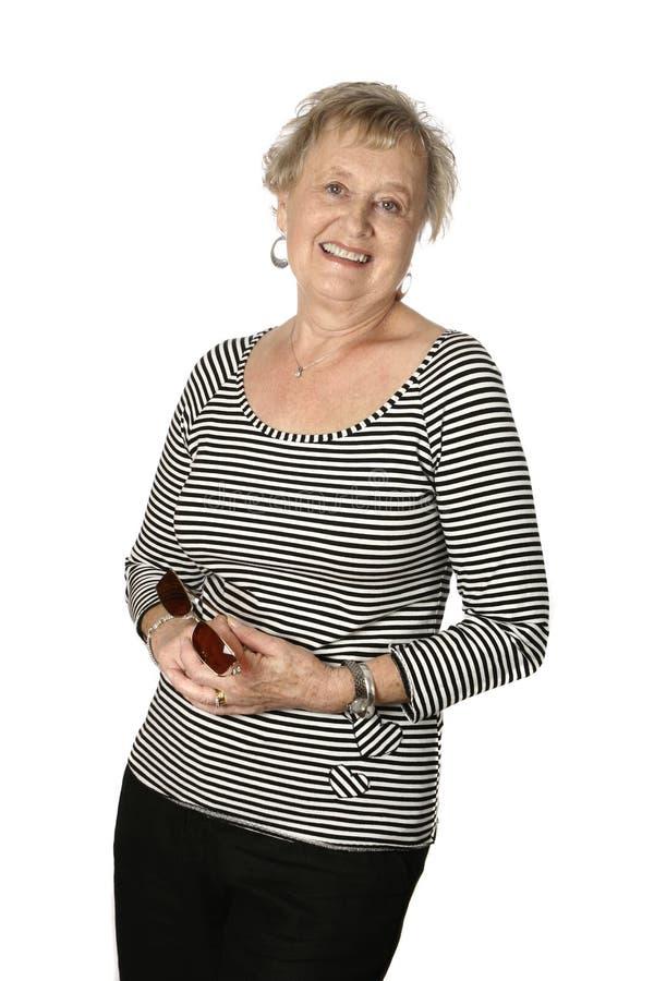 Sénior fêmea na parte superior preta stripy fotografia de stock