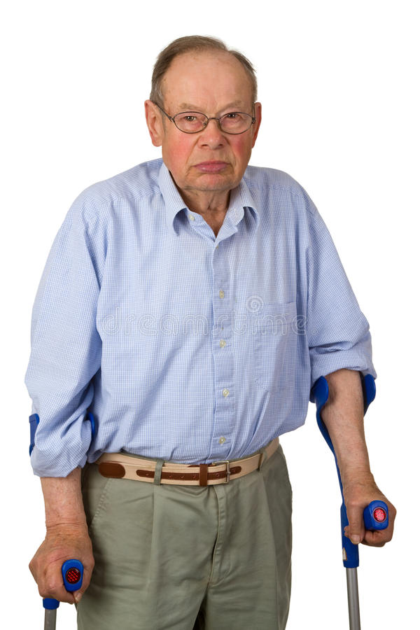 Sénior masculino em muletas imagem de stock