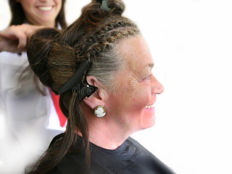 Sénior pelo cabeleireiro imagens de stock