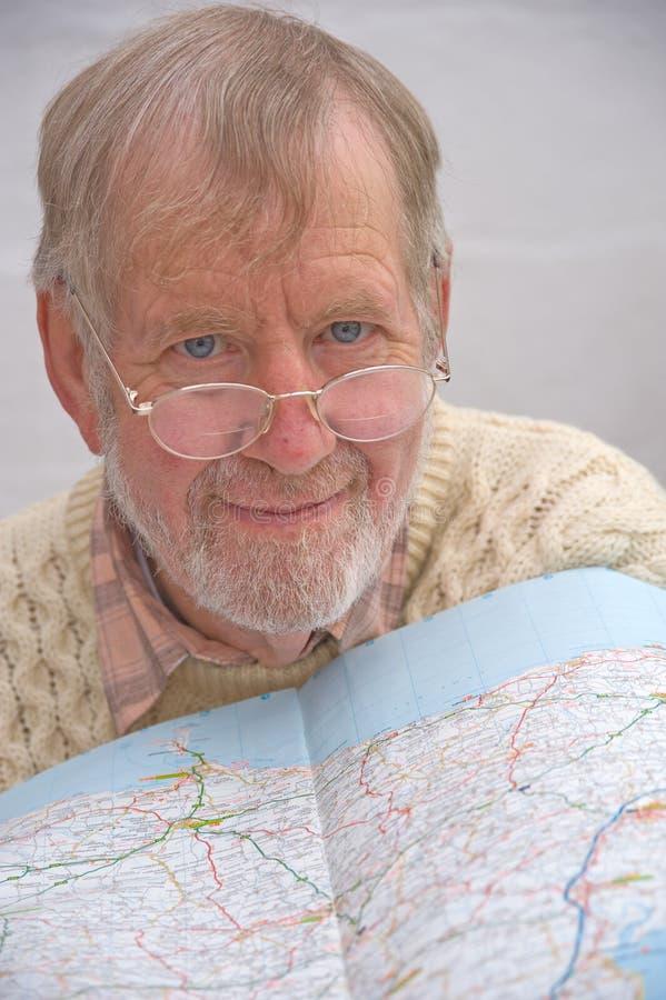 Sénior que estuda um mapa. fotos de stock