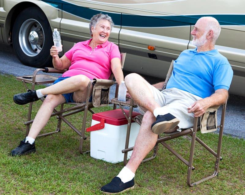 Séniores do rv - divertimento de acampamento imagens de stock